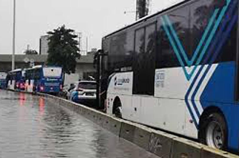 Akibat Banjir, Rute Transjakarta Dialihkan