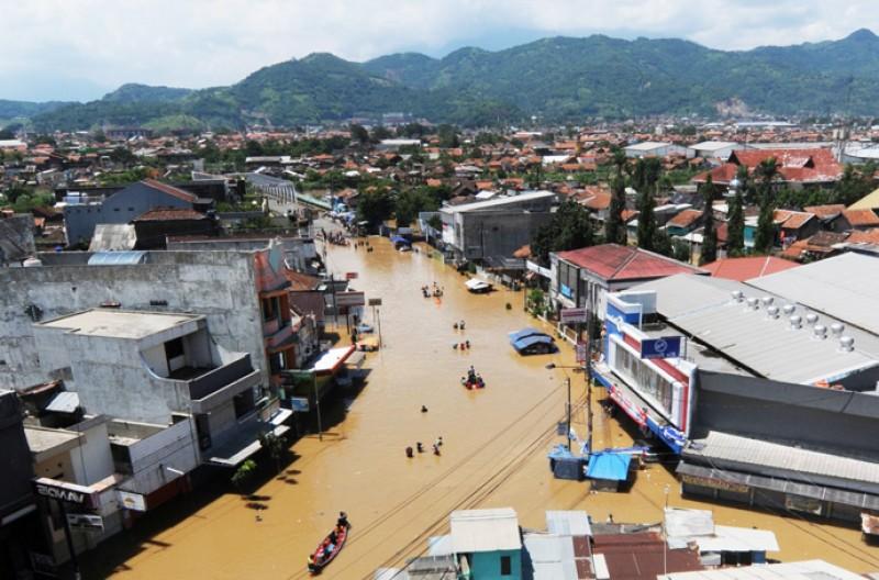 Banjir Macetkan Rute Darat Bandung – Garut