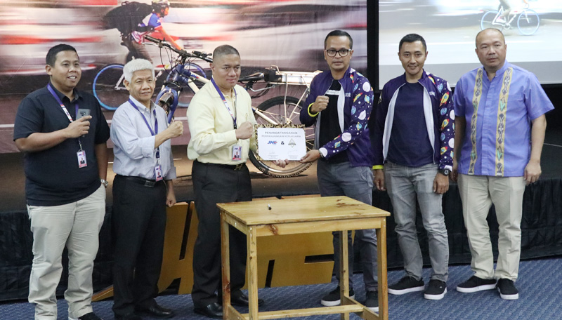 Keren, Pengiriman Paket JNE Gunakan Sepeda